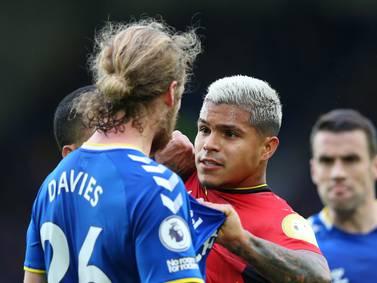 ¡Un Cucho bravo! Hernández se peleó con defensores del Everton